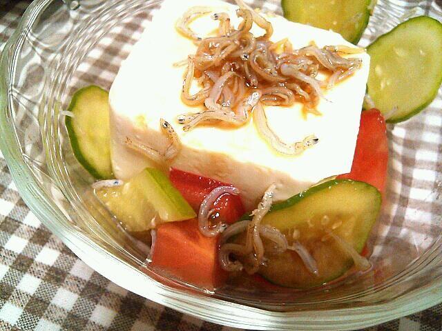 冷や奴のアレンジ料理! きゅうり、トマト、ちりめんじゃこをまぜてポン酢でさっぱりと☆ - 3件のもぐもぐ - 簡単豆腐サラダ by ririri25