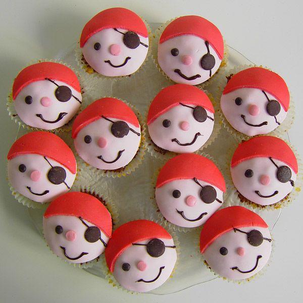 Passend zur Piratentorte  sind dann noch diese Muffins entstanden:         Ebenso wie bei der Torte bestehen auch hier die Gesichter aus Fo...