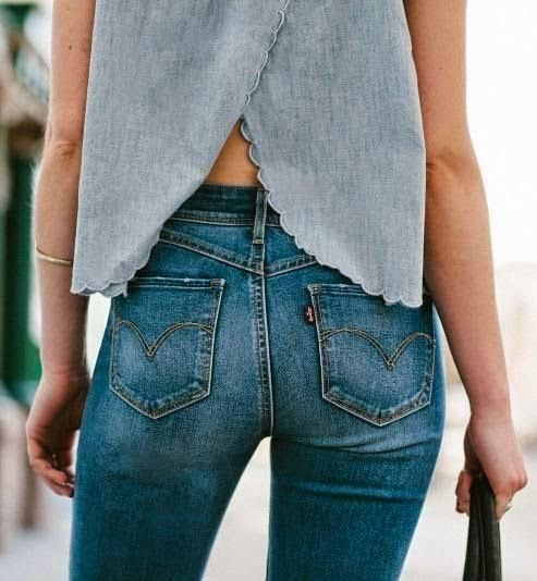 Also when it doesn't clearly stress the buttocks' shape, jeans imply a nice form. They don't reveal imperfections. Worn like this, jeans works well with what's there and what's not there.
