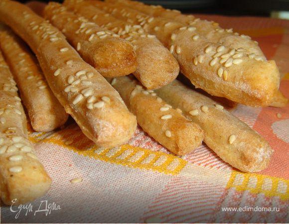 Тонкие палочки гриссини...ими можно спокойно заменить традиционный белый хлеб,а главное всегда есть полет фантазии!Можно испечь их из белой муки,из цельнозерновой,с крупной солью,с тимьяном,с кун...