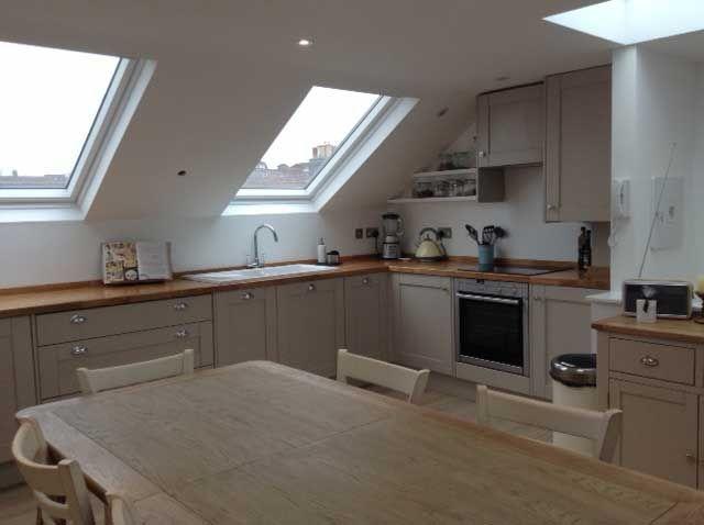 Küche im Loft-Umbau mit pilzgrauen Schränken in 2018 Dekoration - küche in dachschräge