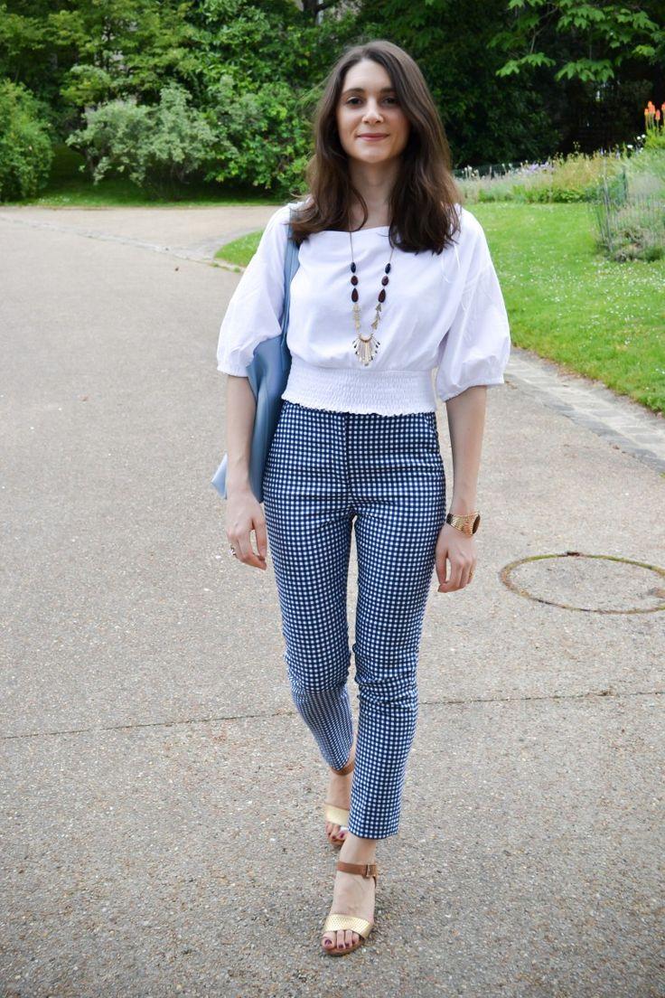 Un look printanier avec un pantalon imprimé Vichy à porter avec un top blanc à col bateau !