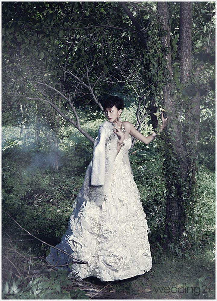 [웨딩드레스] 숲 속에서 만난 웨딩뮤즈, 그녀의 매력에 빠지다 < 웨딩뉴스 < 웨딩검색 웨프