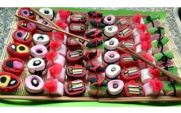 Snoep sushi - rode matje vervangen voor dropmatjes, voor de gene die niet van zuur houden. Langwerpige spekje met dropvisjes en een aardbeiveter ook leuk! en zo kan je nog heel veel meer bedenken