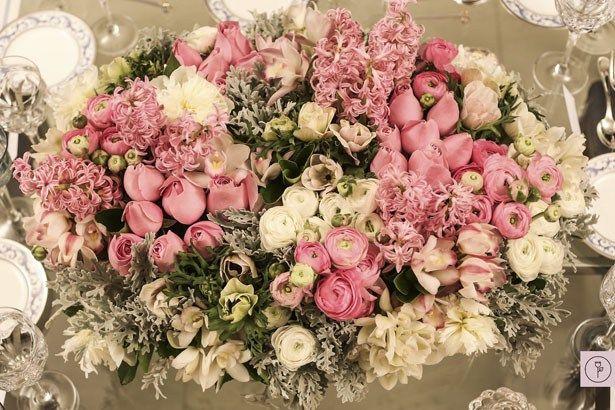 Rosa, ranúnculos, anêmonas, orquídeas, peônias e hyacinthus nos tons rosa e branco                                                                                                                                                      Mais