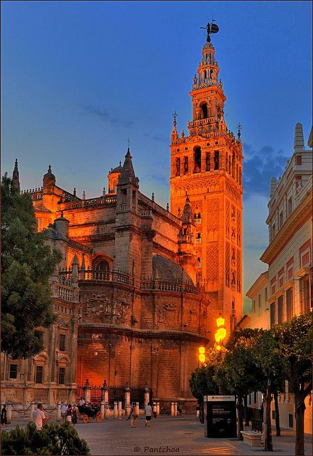 La Giralda, bell tower of the Sevilla cathedral and minaret of the former mosque. Version Voyages; www.version-voyages.fr