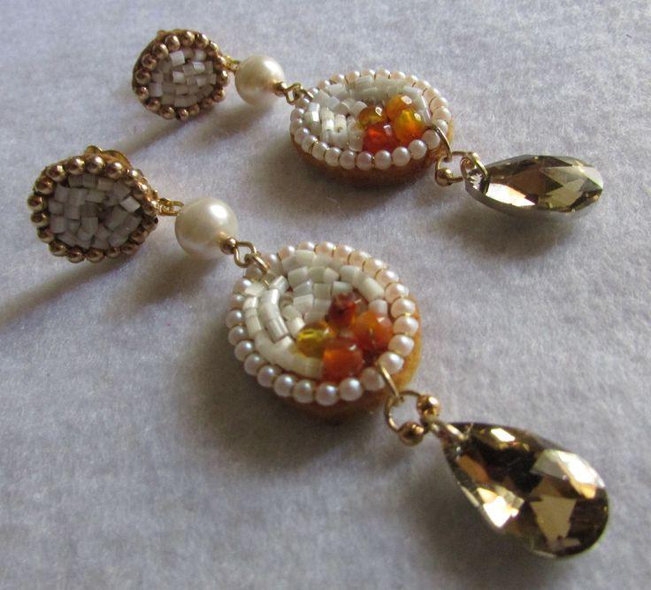 Aro clip, bordado a mano alzada sobre soporte fieltro, perlitas,piedras,mostacillas colgante cristal ambar