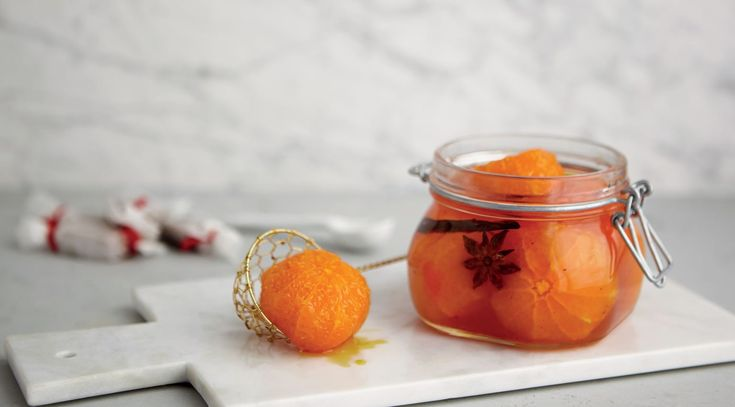 En julig efterrätt med söta mandariner, saffran, vanilj och kanel. Servera gärna de vinkokta mandarinerna med vaniljglass.