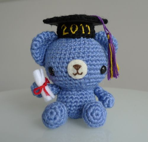 Make this Graduation Teddy to help those special graduates in your life commemorate their big milestone!  Personalize this teddy by using their favourite colour, year of graduation and school colours for the tassel!