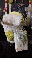vaso di vimini con tulipani gialli dipinti
