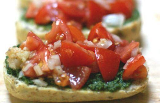 Συνταγή: Μπρουσκέτες με σως πέστο και ντομάτα