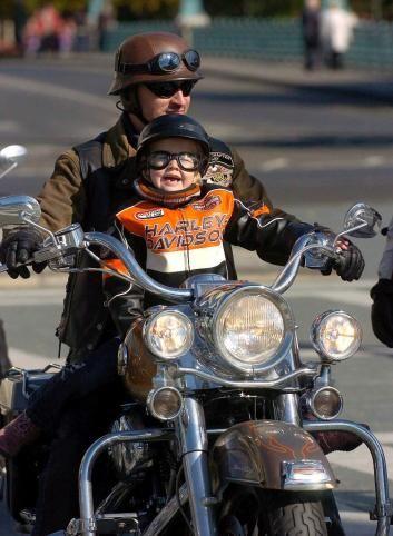 Nacer, crecer y a veces hasta morir, en un mundo de ruedas. Una postal que refleja dos generaciones de amantes de la velocidad