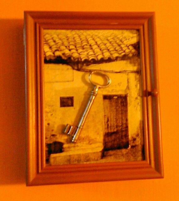 Caja para llaves pintada con magra.