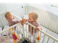 Zwillinge zu haben ist eine doppelte Herausforderung, aber auch doppeltes Glück. Eltern in dieser besonderen Situation haben viele Fragen. Wir haben Antworten, die Euch das Leben ein bisschen leichter machen können.
