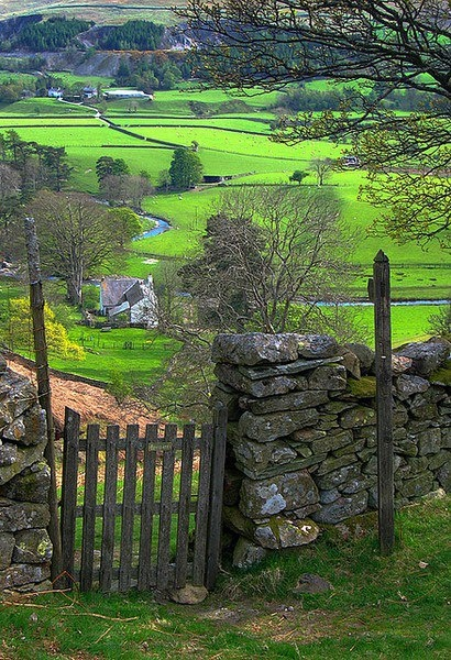 Stunning English countryside scene with rolling green valley