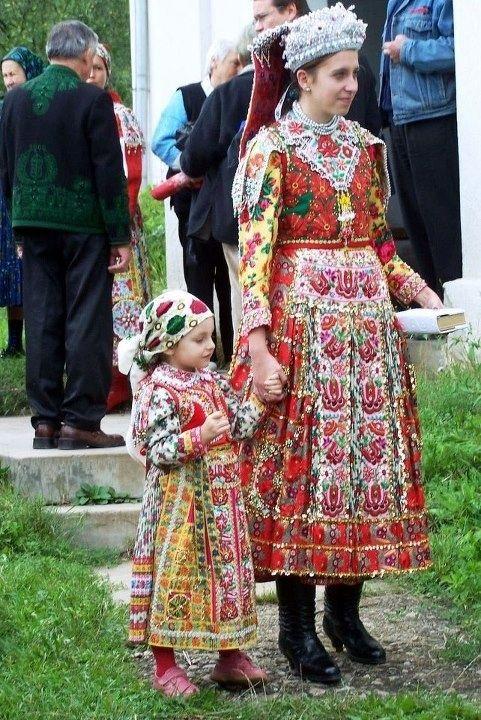 Kalotaszegi anya és kislánya,  Hungarian folk kostumes - Erdély