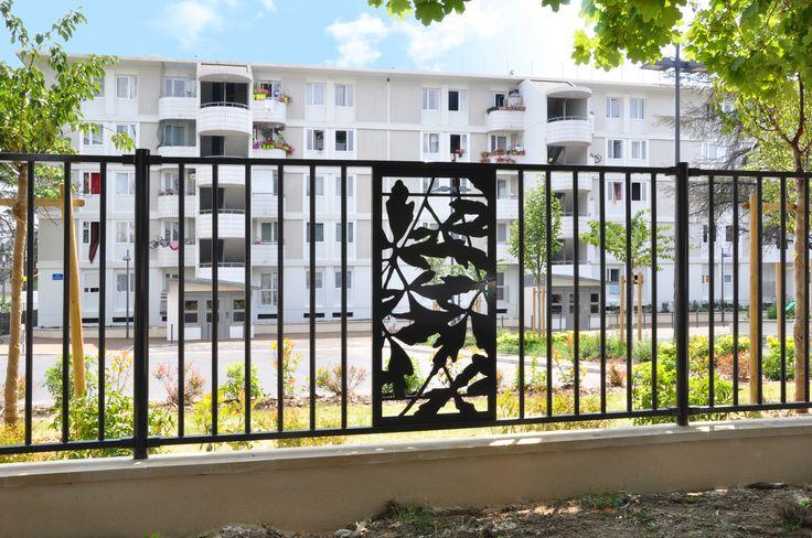 Résidentialisation de logements collectifs à Orly avec la clôture rigide FLORILEGE aux motifs inspirés par la nature.