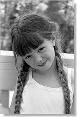 Chevelure de fillette de couleur brune et séparée en deux