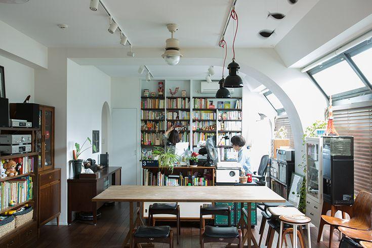 築30年以上の中古マンションを大胆にリノベーションした、伊藤和人さんとシラキハラメグミさんのイラストレーションユニット「seesaw.」のオフィス兼ご自宅の広くて明るいリビング