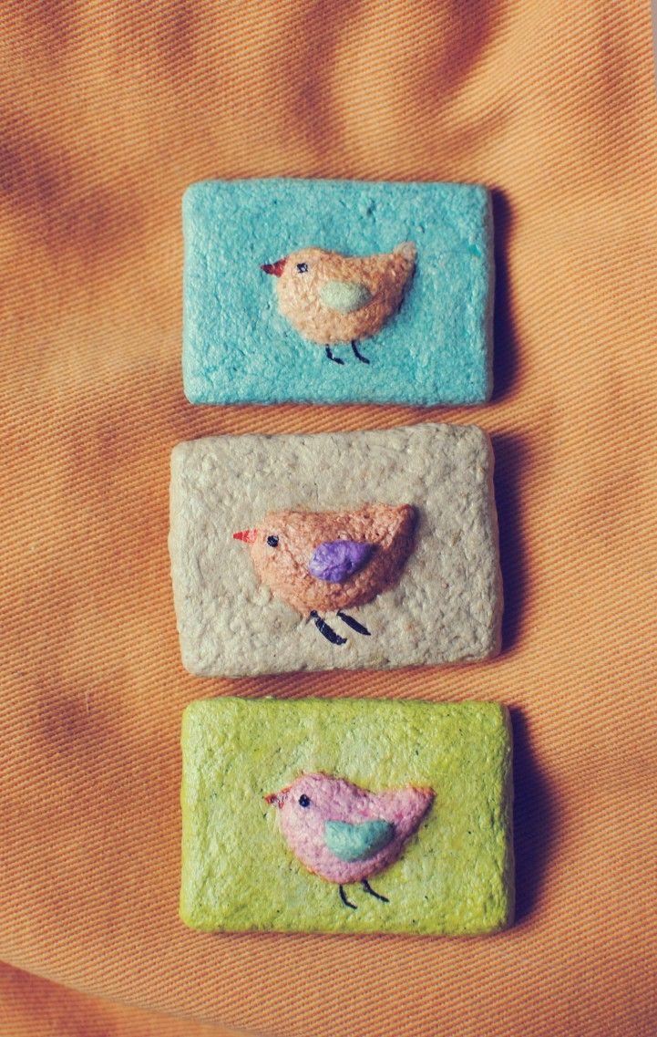 Imán con motivo de pajarito hecho en pasta de papel. A pedido los pajaritos se realizan de la medida y del color que gusten.
