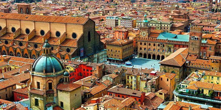 Bologna egyik legnagyobb városa Észak-Olaszországnak, amely a La Rossa nevét a vörös tégla épületekről és cserép tetőkről kapta. Ezt a helyet az építészet szerelmesei álomvárosának is tartják. Habár Bologna főként a középkori tornyokról és a széles tornácokról, árkádokról ismert - hála a széleskörű restaurálási folyamatoknak – a város építészetét etruszk és a római stílusú szerkezeteket is jellemzik...