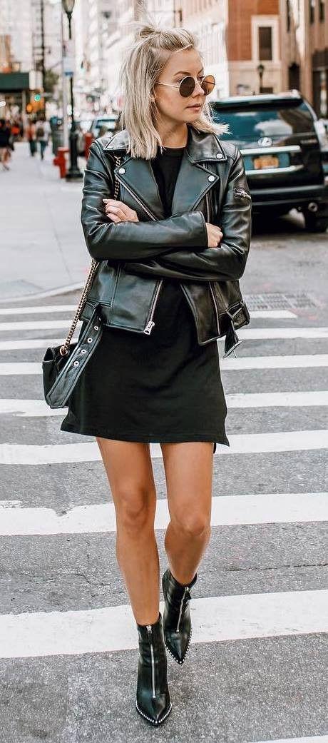 Wow! Toller Look mit schwarzer Lederjacke zum kurzen Rock