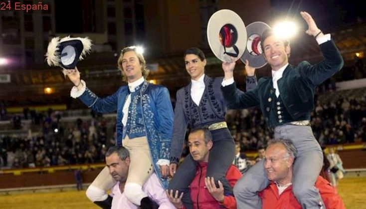 Todos a hombros en el festejo a caballo de Castellón
