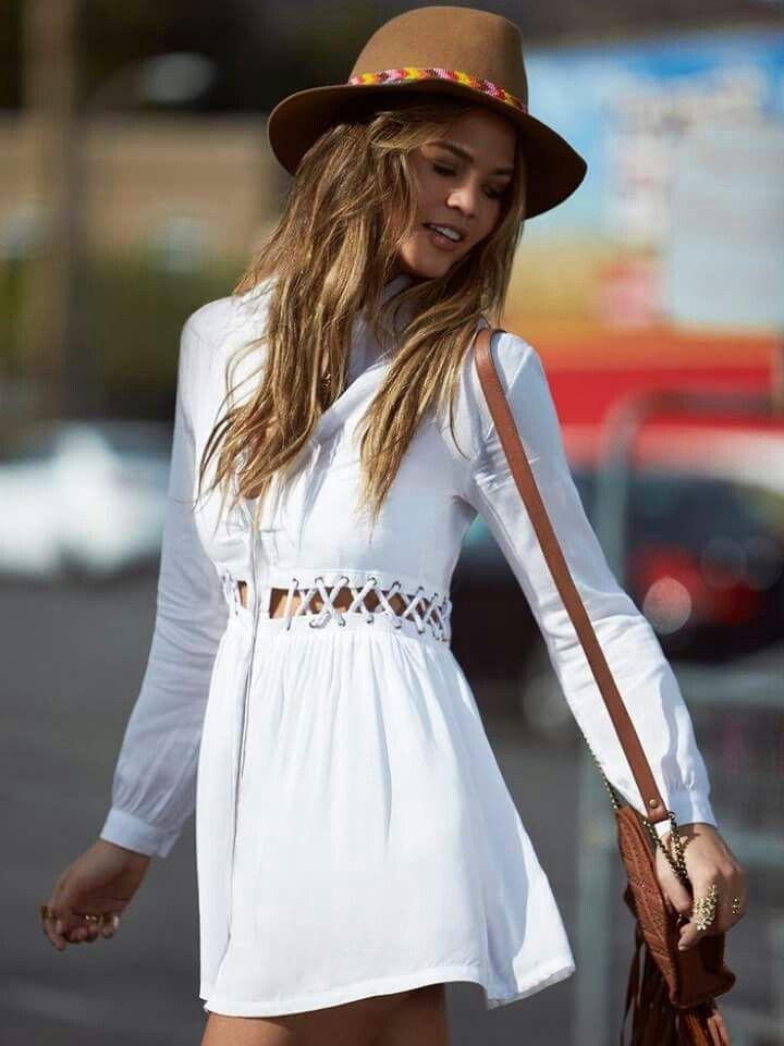 Vestido Blanco con recorte, de aire bohemio y super femenino