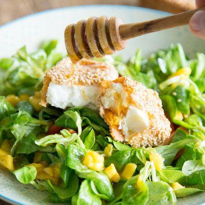 Gebackener Feta in Honig-Sesam-Kruste auf Feldsalat_featured