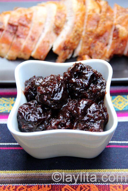 Receta de la salsa de ciruelas para pavo y carnes, preparada con ciruelas pasas, vino tinto, vino oporto, cebolla chalote y vinagre balsámico.
