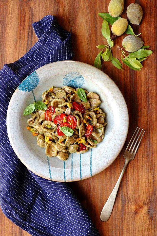 Orecchiette di grano arso con pesto alle mandorle fresche e pomodorini confits - GranoSalis - Blog di cucina naturale e consapevole