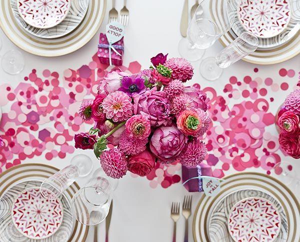 Idée de déco avec les cercles de papiers colorés et un bouquet rond de fleurs au centre, le tout en camaïeu de rouge/blanc et touche de vert
