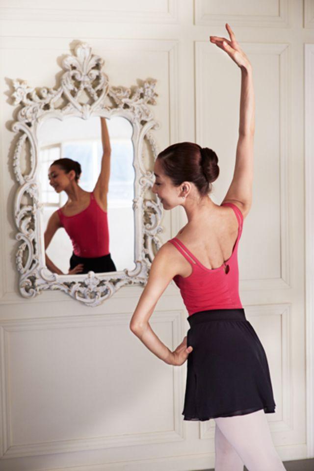 バレエの優雅さとピラティスの呼吸法を使って体幹を整えるエクササイズ「バレティス」。正しい動きで数回行うだけで、劇的に体のラインが変わり肩こりや腰痛、O脚も改善するという話題の体幹トレーニングをご紹介します!