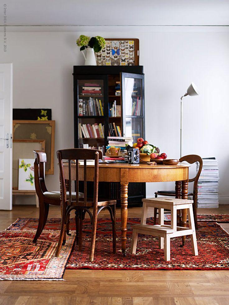 """Det är befriande att inte låta normen för våra rum styra livet hemma! Att låta det man gillar att hålla på med ta plats bidrar till ett kreativt och spännande hem. Från högtidligt matrum till """"matteljé"""" där bordet dukas med mat, tidningar eller penslar efter lust och behov. En kul idé är att bygga ett personligt lappverk av större och mindre persiska mattor! PERSISK HAMADAN Matta med kort lugg, 3495 kr PERSISK Matta med kort lugg, 4695 kr BEKVÄM köksstege/pall, 99 kr SOCKERÄRT VAS, 199 ..."""