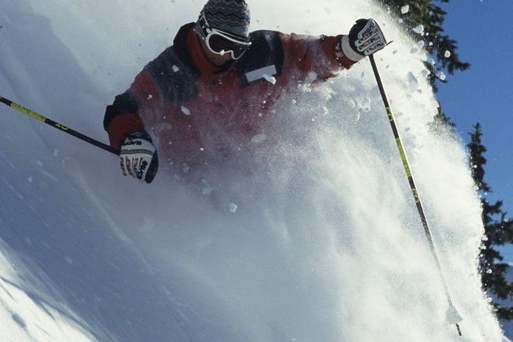 ¿Qué ropa debo vestir para esquiar en nieve?. Esquiar es un deporte que tiene a los participantes en contacto directo con los elementos del clima. Esta participación con la naturaleza puede ser estimulante y adictiva cuando el esquiador está apropiadamente preparado y vestido. Sin embargo, vestir ...