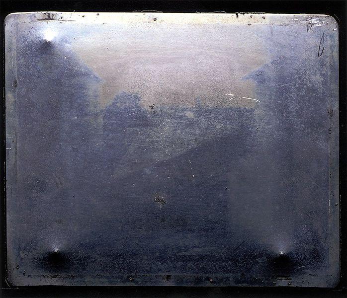 1826 Niepce: zo ziet de echte allereerste foto eruit. Een foto van de met bitumen bedekte koperen plaat.