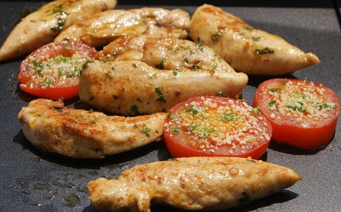 Plancha d'aiguillettes de poulet marinées