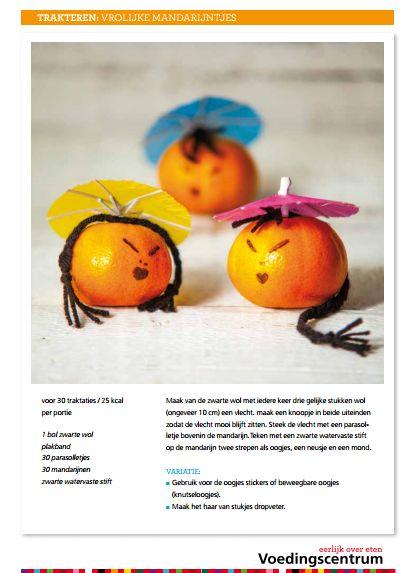 Maak van de zwarte wol met iedere keer drie gelijke stukken wol  (ongeveer 10 cm) een vlecht. maak een knoopje in beide uiteinden  zodat de vlecht mooi blijft zitten. Steek de vlecht met een parasolletje bovenin de mandarijn.Teken met een zwarte watervaste stift  op de mandarijn twee strepen als oogjes, een neusje en een mond. VARIATIE:  ■ Gebruik voor de oogjes stickers of beweegbare oogjes  (knutseloogjes). ■ Maak het haar van stukjes dropveter. 1 bol zwarte wol plakband 30 parasolletjes…