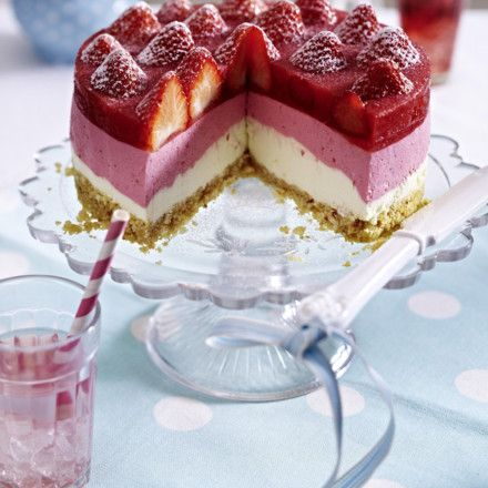 Erdbeer-Joghurt-Cremetorte mit Mandelknusperboden Rezept | LECKER