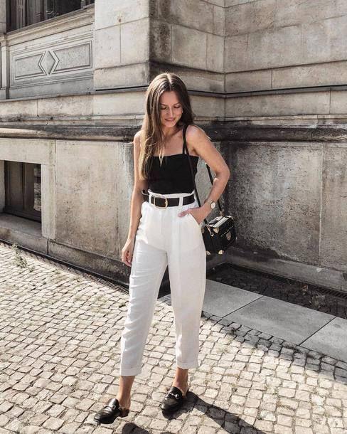 Schwarzer Gürtel + weiße Hose: das praktische und nicht offensichtliche Duo