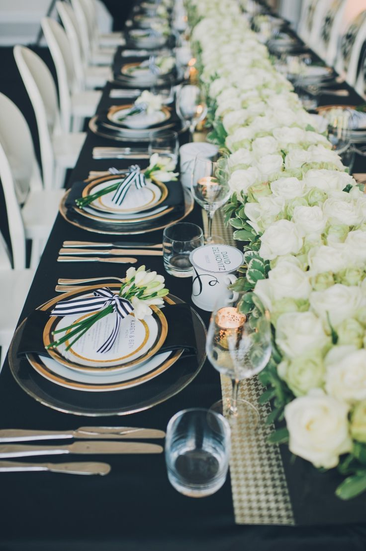 This gold houndstooth design is a great look for a romantic wedding theme. Soft colors go well with this table runner and the row of roses is to die for.