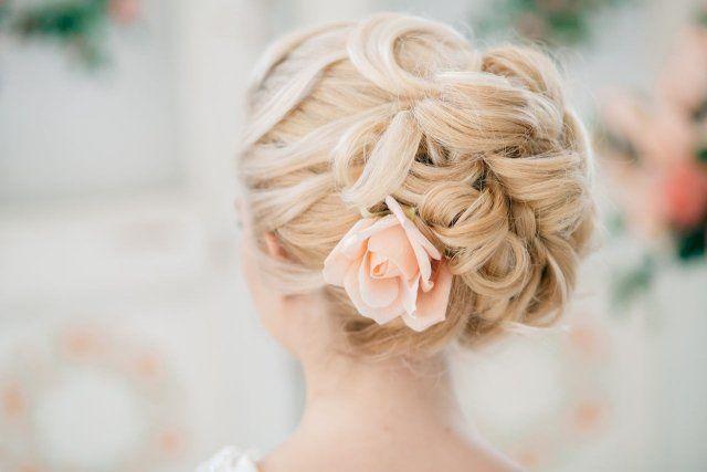 coiffure mariage cheveux longs - chignon en couronne tressée