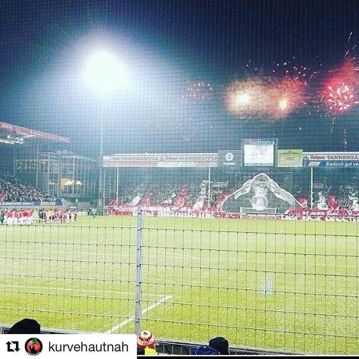 Das nennen wir mal einen Auftakt!  --- Bild mit Dank an @kurvehautnah! --- #bolzplatzhelden #choreo #pyro #scffcb #scfreiburg #scf #freiburg #fcbayernmünchen #fcb #bayernmünchen #Maisanbau #Finalrennen #schwarzwaldstadion #fussballchoreo #flutlichtspiel