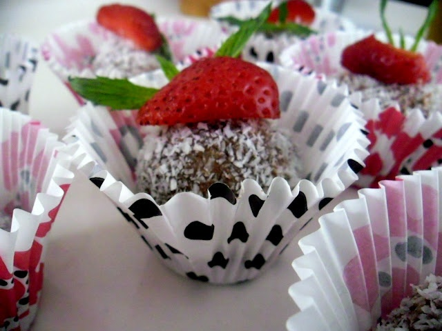 Biscuit Balls with Strawberry Surprise