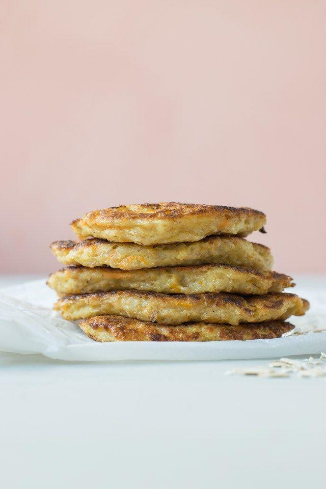 Klatkager lavet af havregrød og revet gulerod er en sund, næringsrig og mættende morgenmad eller eftermiddagsmad til børn og voksne. Den 2-årige herhjemme elsker dem! De sunde pandekager med gulero…