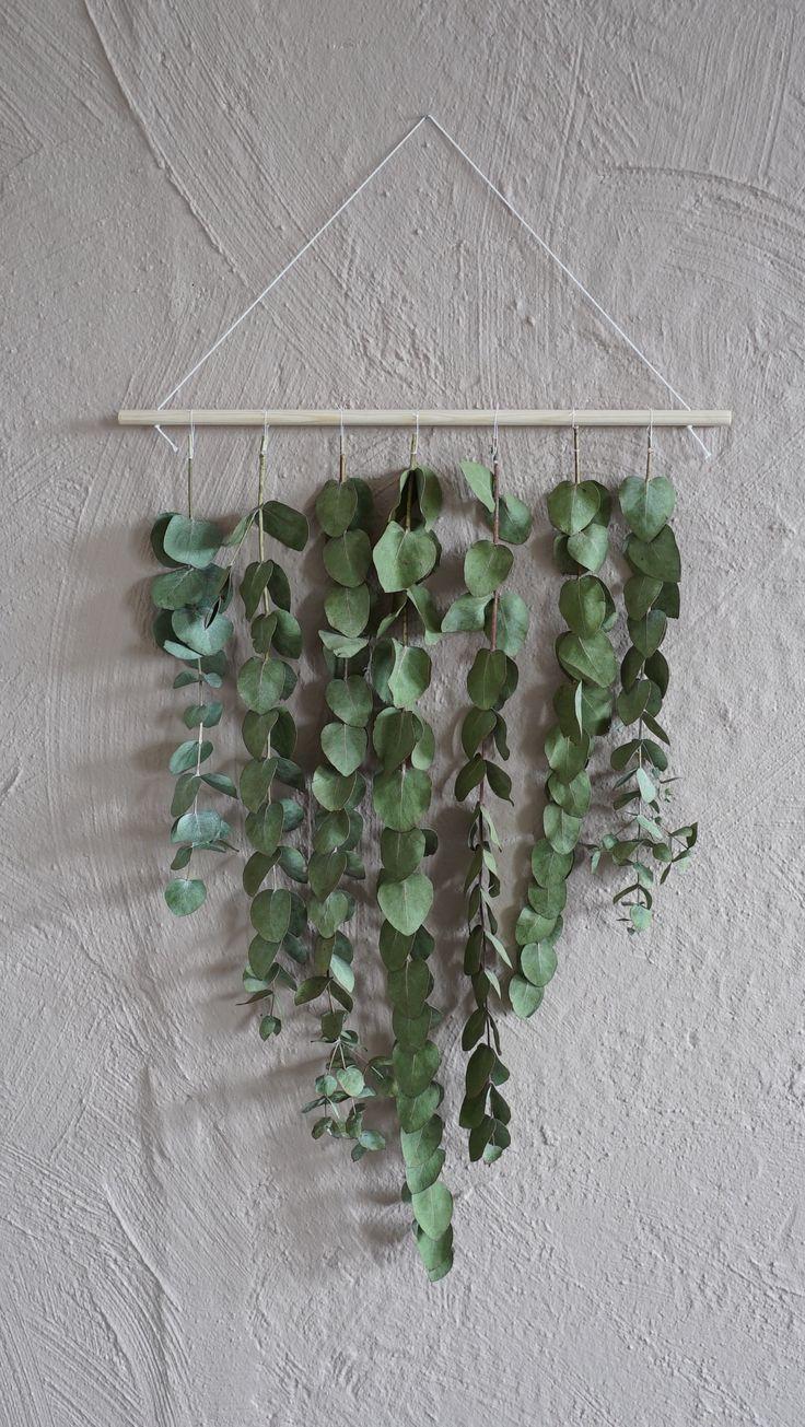 Karin Mannerstål älskar alternativa ting. Hon gör en grön väggdekoration, ett alternativ till blomma att ge bort till värd och värdinna i Äntligen Hemma.