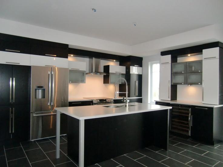 Armoire de cuisine style moderne en thermoplastique noir, blanc et stainless