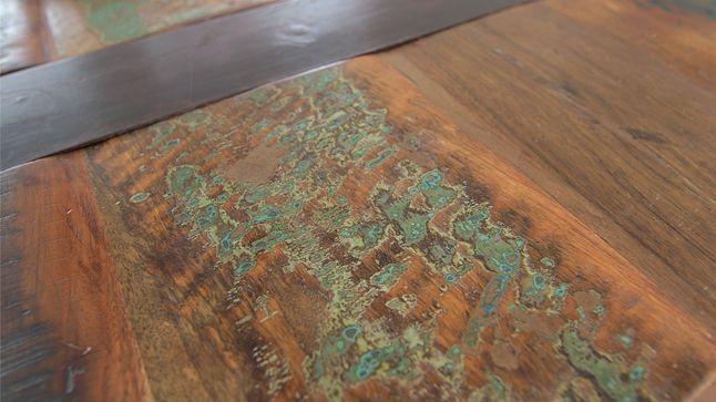 AVANT : La table en bois massif qui habille déjà très bien le centre de la pièce est le point de départ du look vintage de la salle à manger.