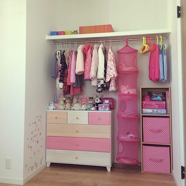 女性で、4LDKのクローゼット/ニトリ/イケア/女の子の部屋/ピンクな部屋/無印カラーボックス…などについてのインテリア実例を紹介。「娘部屋のクローゼットです。 イケアで買ったピンクの吊るしかごには手袋や帽子など、小物を入れてます。中身も見えて子どもでも取り出しやすいです。右側のケース付きのカラーボックスにはかさばるバック等を入れています。 我が家のクローゼットの一番のポイントは扉を付けなかったことで、その分部屋が広く使え、扉代も浮いて良かったなと思いました。どこに何があるかも常に見えてる分把握しやすいです。 後から隠したくなったらカーテンをつけたり、ロールスクリーンを付けたりということも出来ると思うので、このような形にして良かったと思います。 ちなみに扉付きのクローゼットだった場合、左の角の辺りまでクローゼットになる予定だったので、そう考えると部屋の広さかなり違ってくるなと思いました。」(この写真は 2016-11-07 13:49:30 に共有されました)