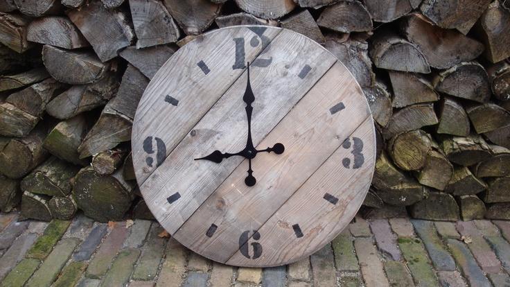 Klok van oud hout. www.leeuw-design.nl